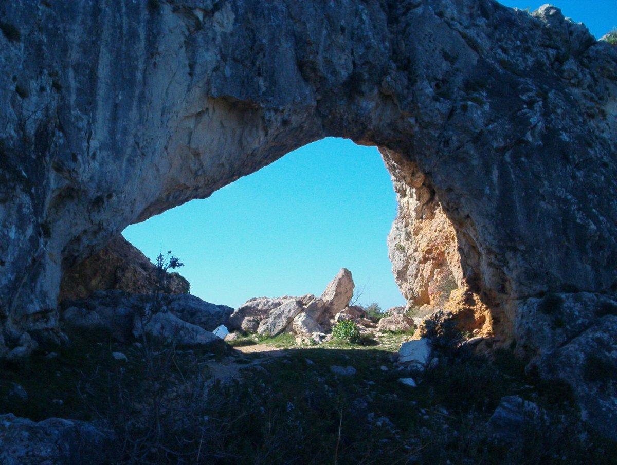 Vall de la Gallinera - La Serra Foradada y el castillo de Alcalá o Benilisi